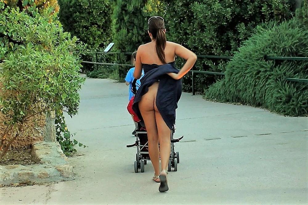 Фото без трусов на улице с коляской — 13